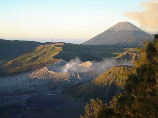 Dymiący krater Bromo; w tle wulkan Semeru