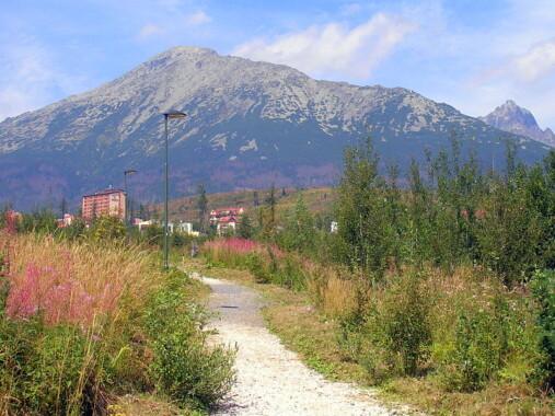 Górny Smokowiec  – w tle Sławkowski Szczyt