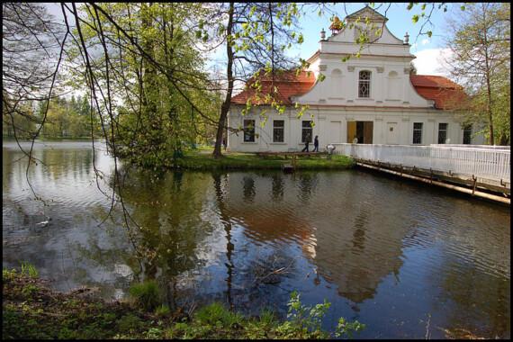 """Kościół """"Na Wyspie"""" pw. św. Jana Nepomucena w Zwierzyńcu"""