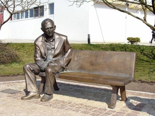 Ławeczka Gustawa Holoubka przy alei Gwiazd w Międzyzdrojach