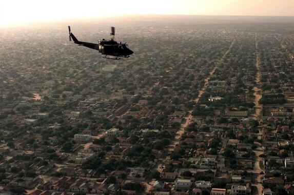 Amerykański śmigłowiec przelatujący nad dzielnicą mieszkalną Mogadiszu