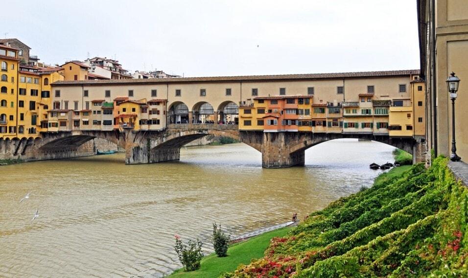 8 niesamowitych zabudowanych mostów
