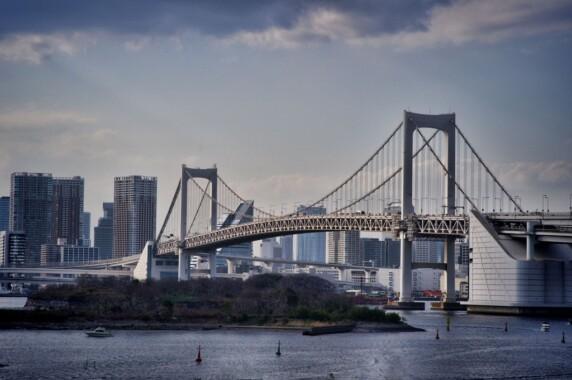 Rainbow Bridge łączący port Shibaura z wyspą Odaibaw w Tokio