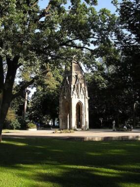 Dawna wieża gotycka w Sadzie Janka Kráľa