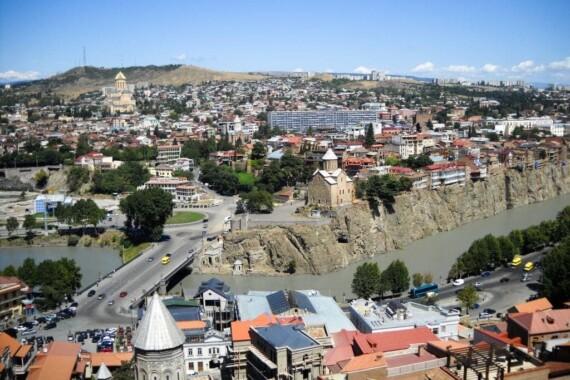 Dzielnica Avalbarii z kościołem Metekhi i Samebą – widok z twierdzy Narikala w Tbilisi