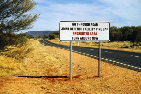 Znak ostrzegawczy na drodze do Pine Gap